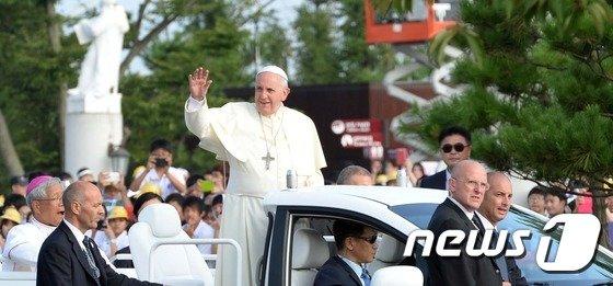 [사진]손 흔드는 프란치스코 교황