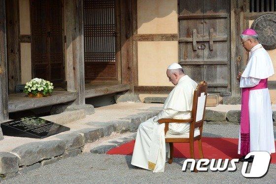 [사진]프란치스코 교황 '김대건 신부를 기리며'