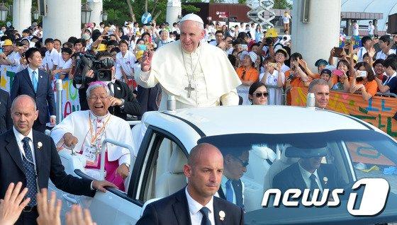 [사진]교황에 환호하는 신도들