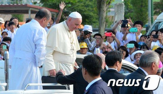 [사진]프란치스코 교황 '김대건 신부 생가 도착'