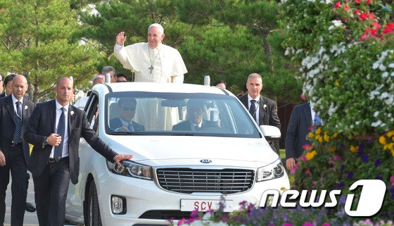 [사진]무게차에 오른 프란치스코 교황