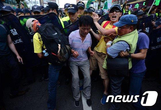 [사진]'범국민대회 참가자들, 경찰과 실랑이'