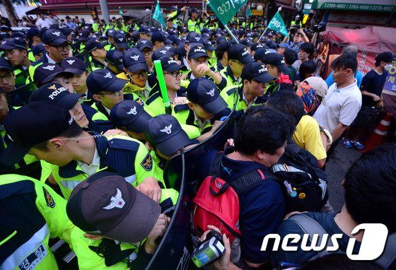 [사진]'범국민대회 참가자들 경찰과 몸싸움'