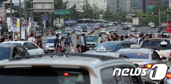 [사진]광화문광장 일대 시복식 준비에 교통혼잡