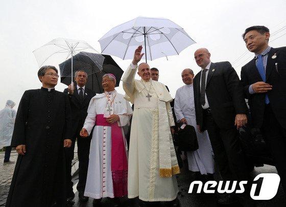 [사진]프란치스코 교황 '우중인사'