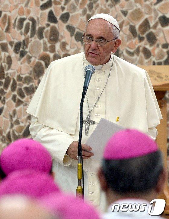 [사진]세월호 추모 리본 달고서 연설하는 교황