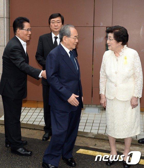 [사진]개성공단 방북단 배웅하는 이희호 여사