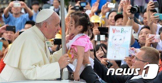 [사진]프란치스코 교황 '축복의 눈맞춤'