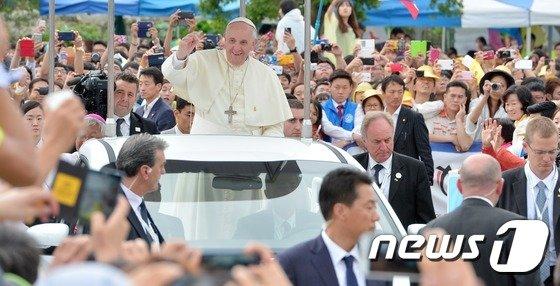 [사진]환영인파에 인사하는 프란치스코 교황