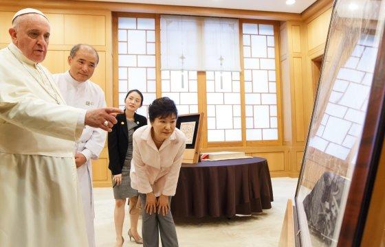 프란치스코 교황이 지난 14일 오후 청와대에서 박근혜 대통령에게 2000년 대희년(大喜年)을 기념해 만든 로마대지도를 선물하고 있다. (청와대 제공)