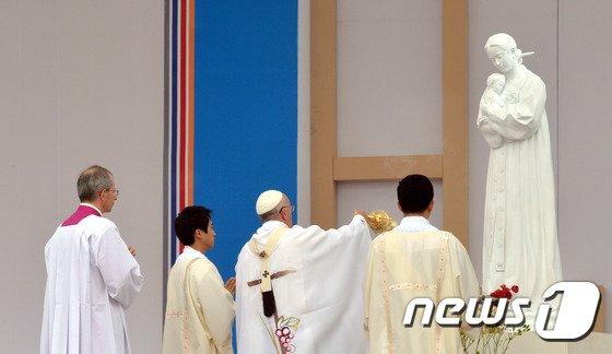 [사진][교황 방한] 프란치스코 교황 '성모님께 바랍니다...'