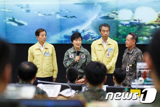 박근혜 대통령이 21일 을지프리덤가디언(UFG) 연습 지휘본부를 찾아 훈련상황을 점검하고 관계자를 격려하고 있다. © News1 2014.08.21/뉴스1 윤태형 기자