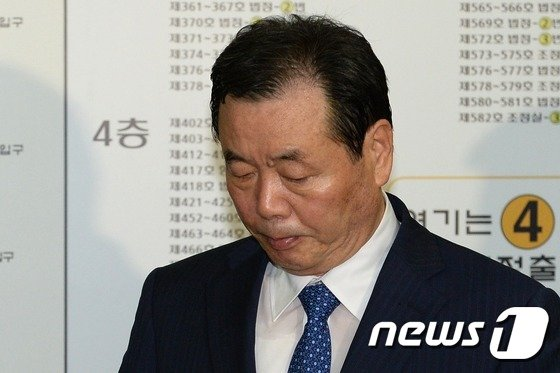 [사진]고개 떨구며 법원 나서는 조현룡 의원