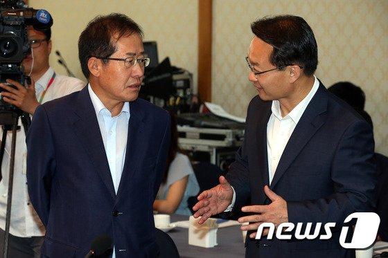 [사진]대화하는 홍준표 경남지사와 조해진 도당위원장