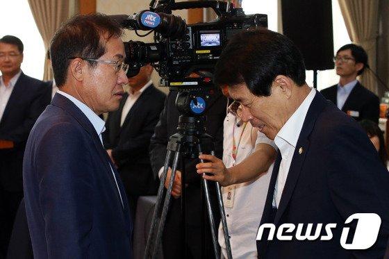 [사진]대화하는 홍준표 도지사와 이군현 사무총장