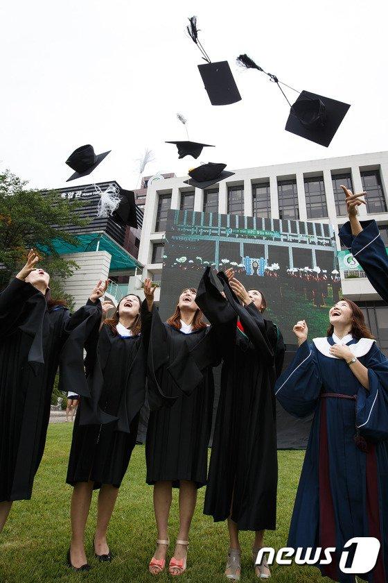 [사진]'친구들아 졸업 축하해'