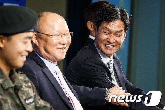 [사진]박항서-최용수 '웃고는 있지만'