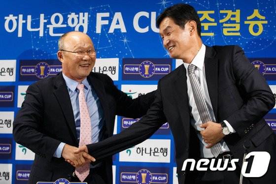 [사진]손 맞잡은 박항서-최용수 감독