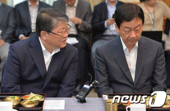 [사진]진영-조원진 '당정협의 대화'