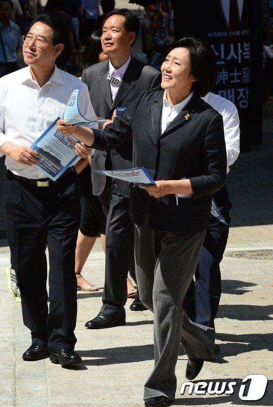 [사진]명동 거리의 박영선 위원장