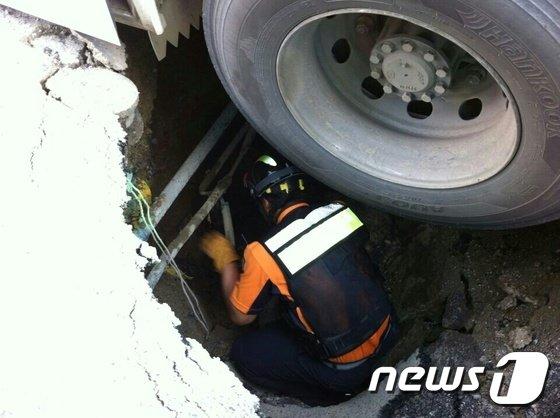 [사진]씽크홀에 시내버스 뒷바퀴 빠져...큰일날 뻔