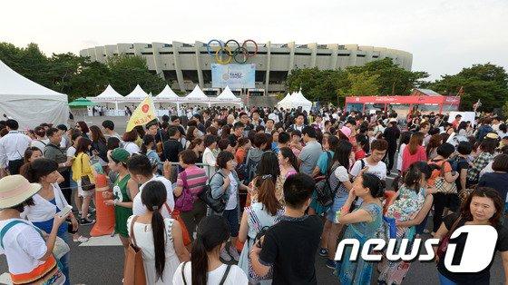 [사진]별그대 보러 서울올림픽 메인스타디움 찾아 온 요우커들