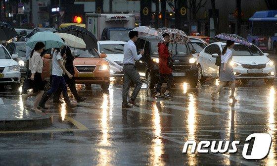 중부 지방에 호우주의보가 내려진 21일 오전 서울 광화문 네거리에서 우산을 쓴 시민들이 출근길을 재촉하고 있다. 기상청은 22일까지 중부와 경북지방에 돌풍과 벼락을 동반한 국지성 호우가 쏟아지면서 최대 120mm의 큰비가 내리겠다고 예보했다. 2014.8.21/뉴스1 © News1 안은나 기자