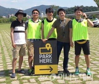 직원들과 기념촬영 중인 김태성 대표(사진 오른쪽에서 두 번째)/사진제공=파킹스퀘어