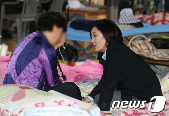 박영선 새정치민주연합 국민공감혁신위원장이 2일 오후 전남 진도군 진도실내체육관을 방문해 실종자 가족들과 대화를 하고 있다. /사진= 뉴스1