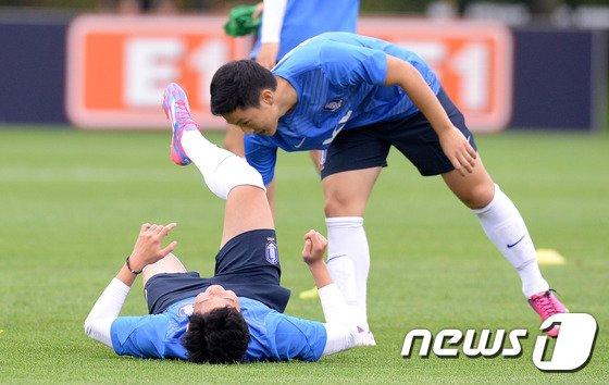 [사진]남태희 '흥민아 일어나!'