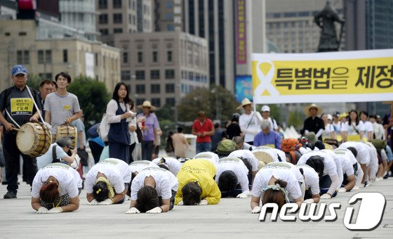 세월호 참사 희생자 유가족들이 2일 오후 서울 광화문 광장에서 450만 명의 세월호 특별법 제정 촉구 서명을 청와대에 전달하기 위해 삼보일배를 하며 행진하고 있다. 2014.9.2/뉴스1 © News1 안은나 기자