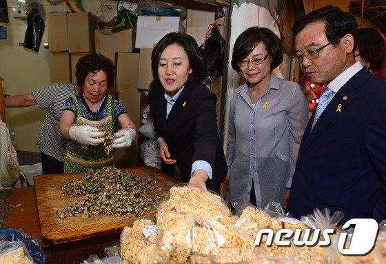 [사진]추석 앞두고 재래시장 방문한 박영선 위원장