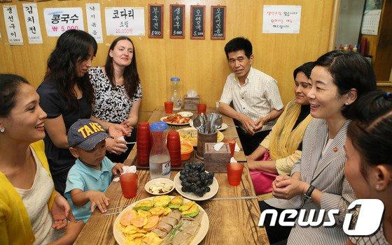 [사진]김희정 여가부 장관 '결혼이주여성들과 함께'