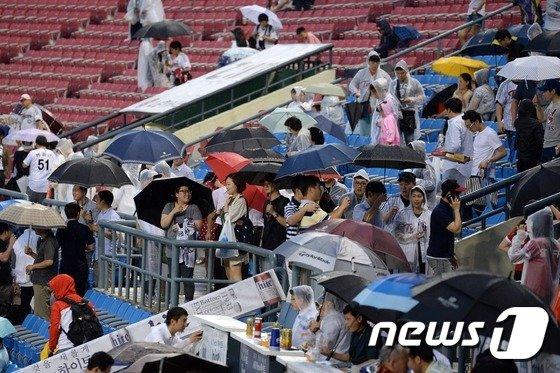 [사진]우천 취소된 프로야구 잠실 LG-넥센 경기