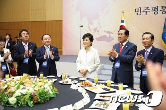 [사진]박근혜 대통령, 민주평통 해외자문위원과 통일대화