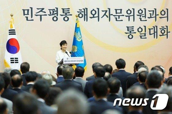 [사진]박근혜 대통령, 민주평통 해외자문위원과 대화