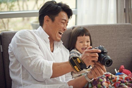 추성훈·추성훈 부녀가 출연한 니콘의 'D5100' 광고/사진제공=니콘이미징코리아