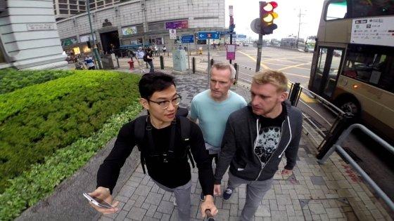 정재환 프리랜스 다큐멘터리 PD가 지난 4월 홍콩에서 길거리 인터뷰를 진행하고 있다./사진제공=정재환 PD