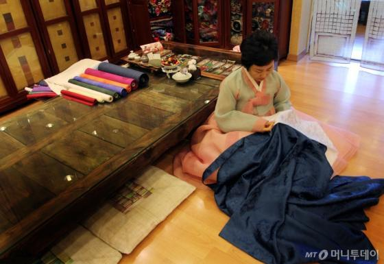 손수 바느질로 한복을 제작 중인 조옥란 한복 디자이너/사진=김평화 기자
