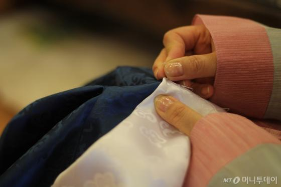 한복 제작을 위해 바느질 하는 장면/사진=김평화 기자