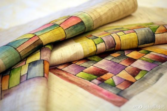 조옥란 디자이너가 한복 제작 방식을 적용해 직접 디자인한 방석 커버/사진=김평화 기자