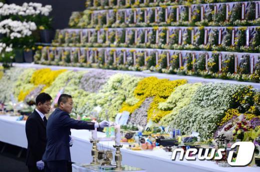 [사진]헌화ㆍ분향하는 김병권 위원장