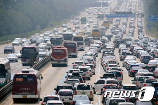 [사진]귀경 차량보다 많은 성묘 차량