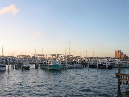 ↑ 나소 하버(Nassau Harbor) - 멀리 뒤로 보이는 다리 오른쪽이 파라다이스 아일랜드다.