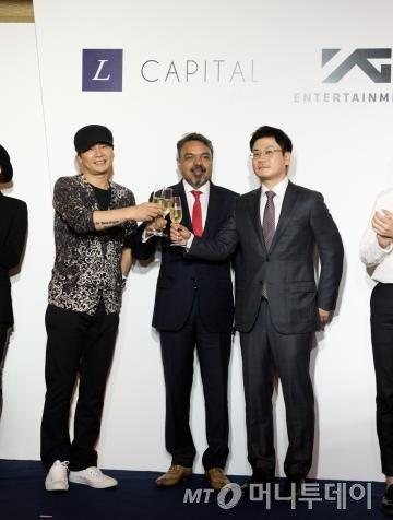 13일 싱가포르 리츠칼튼 호텔에서 열린 와이지엔터테인먼트와 엘 캐피탈 아시아 투자 협약식, (왼쪽부터) 양현석 와이지엔터 대표 프로듀서, 라비 타크란 엘 캐피탈 아시아 대표, 양민석 와이지엔터 대표