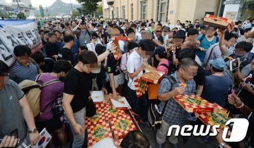 [사진]'폭식 퍼포먼스 하는 일베 회원들'