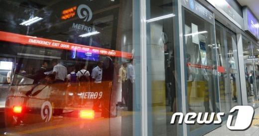 [사진]동작역에 멈춰선 9호선 열차
