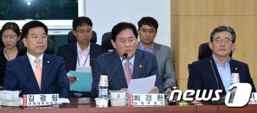[사진]최경환 '규제개혁 위해'