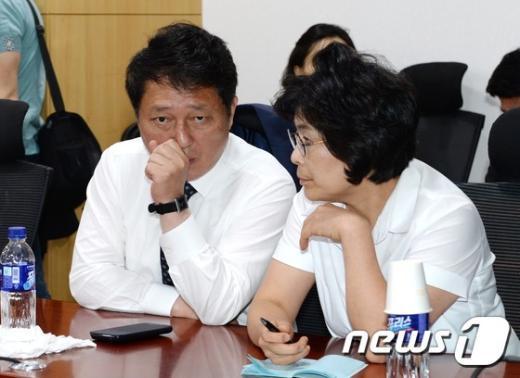 새정치민주연합 최재성(왼쪽), 유승희 의원. 2014.9.15/뉴스1 © News1 박철중 기자
