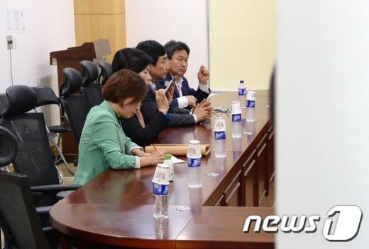 [사진]비공개 긴급모임 참석한 새정치연합 소장파 의원들